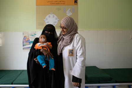 An IRC health worker with a mother and child near Aden, Yemen