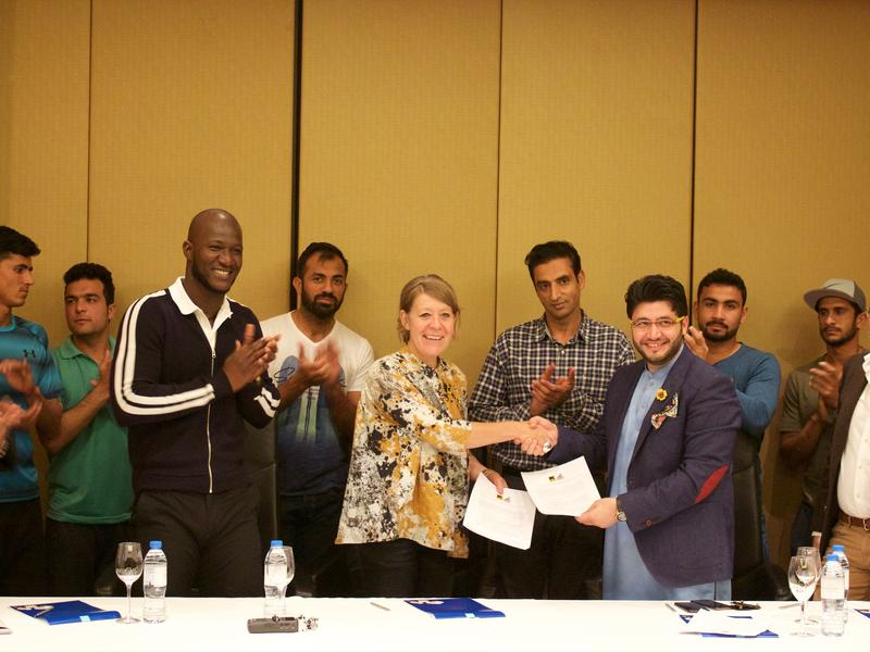 Regional director Sanna Johnson signs MOU with Peshawar Zalmi owner Javed Alfridi, alongside team captain Darren Sammy
