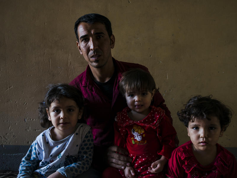 Iraqi father inside Mosul with his children