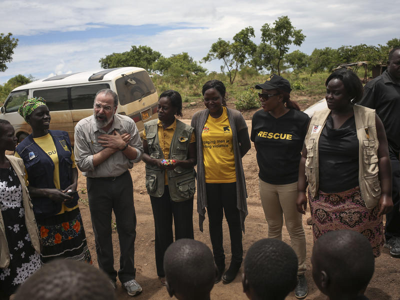 Mandy Patinkin talks with South Sudanese children