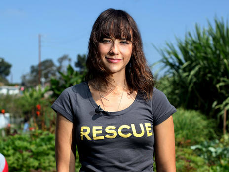 Rashida Jones volunteers in an IRC New Roots garden