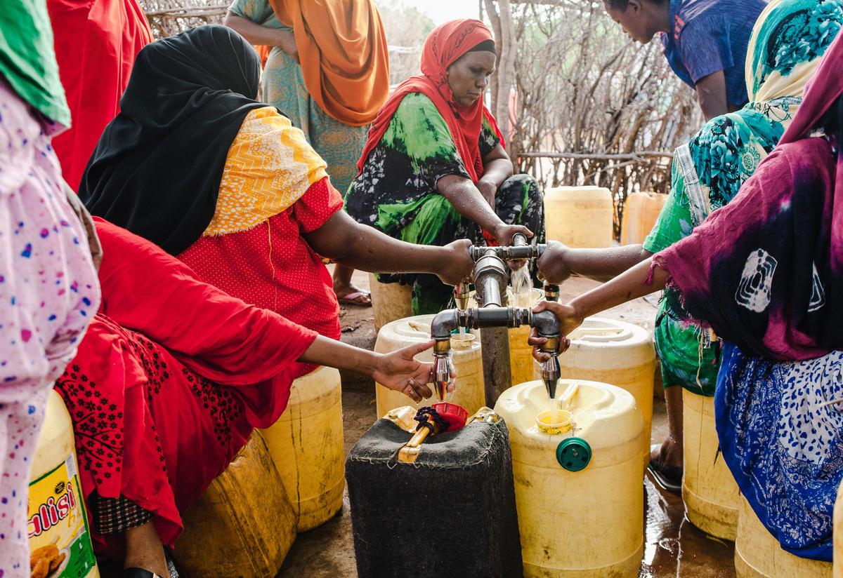 Refugee women in Dadaab collecting water Photo: Martha Adams