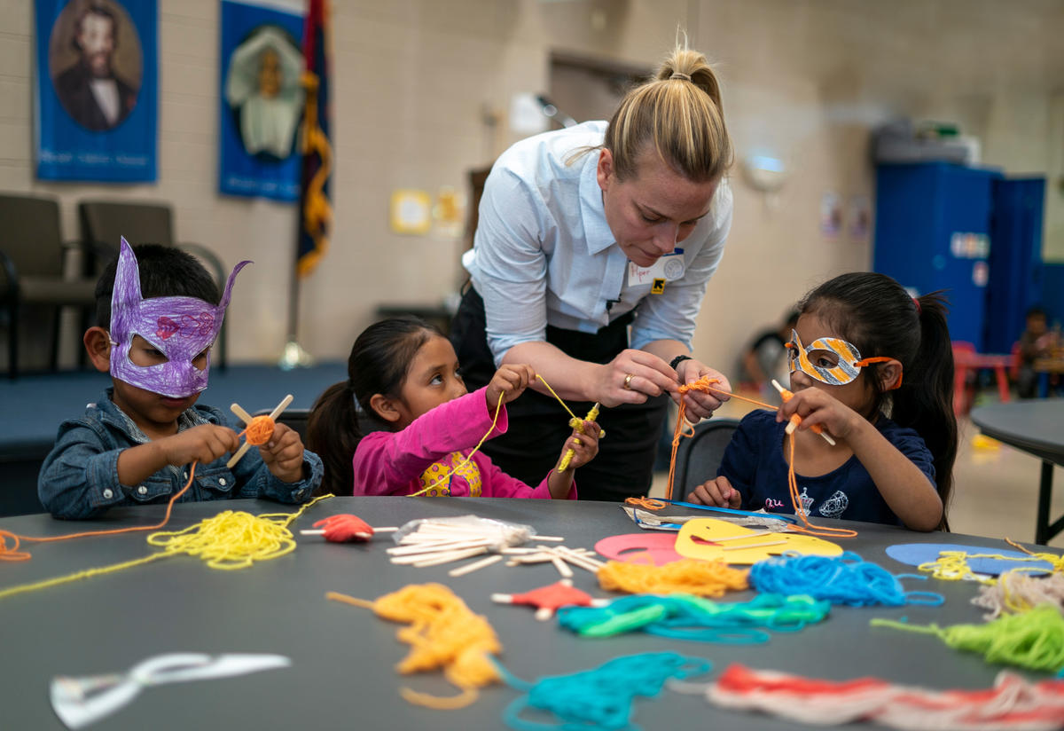 Piper Perabo plays with children at an IRC-run day center for asylum seekers in Phoenix, Arizona
