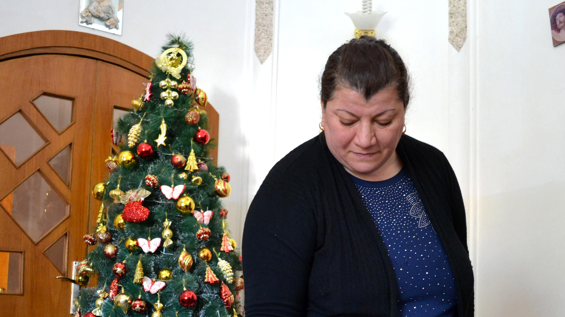 Linda Abid Younis with her Christmas tree