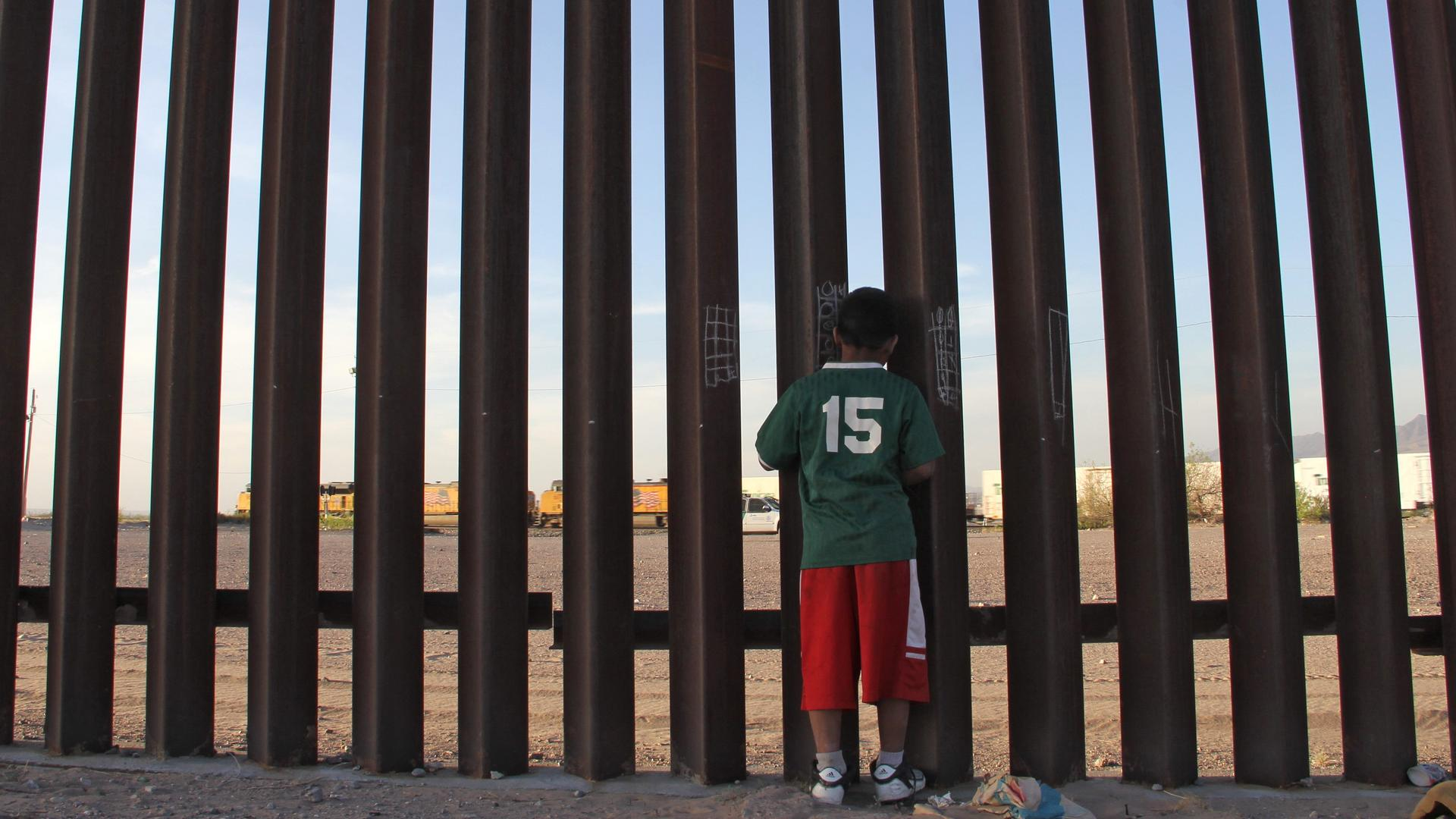 A Mexican child looks at a vehicle of the US border patrol through the US-Mexico fence in Ciudad Juarez, Chihuahua state, Mexico on April 4, 2018. Photo: HERIKA MARTINEZ/AFP/Getty Images