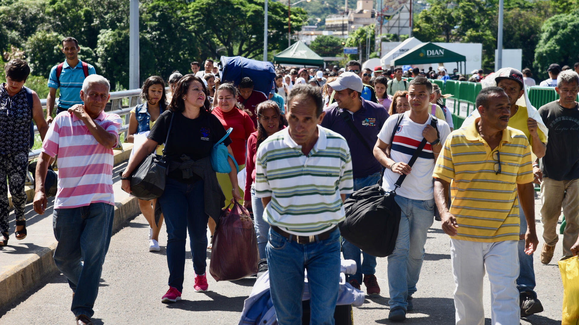 Venezuelans cross the Simon Bolivar Bridge into Colombia on foot