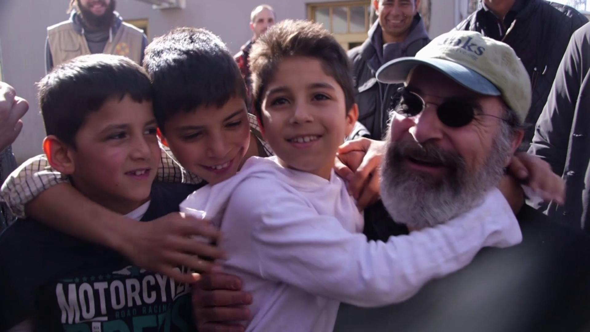 mandy patinkin�s emotional reunion with a syrian family in